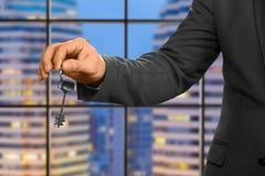 Hand des Geschäftsmannes Schlüssel halten lizenzfreie stockbilder