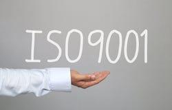 Hand des Geschäftsmannes und die gezeichnete Hand simsen System ISO9001 stockfotos