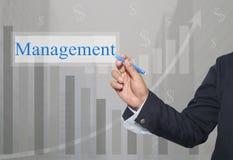 Hand des Geschäftsmannes Write ein Text des Managements stockbild