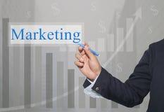 Hand des Geschäftsmannes Write ein Text des Marketings Stockbilder