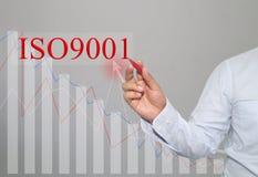 Hand des Geschäftsmannes Write ein Text von ISO 9001 lizenzfreies stockbild