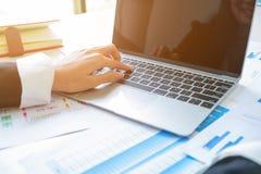 Hand des Geschäftsmannplatzes auf Laptop lizenzfreie stockbilder