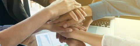 Hand des Geschäftsmannteambesprechungs-Abschlusses oben harmonisch lizenzfreie stockfotos