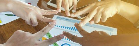 Hand des Geschäftsmannteambesprechungs-Abschlusses oben harmonisch lizenzfreies stockbild
