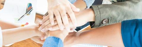 Hand des Gesch?ftsmannteambesprechungs-Abschlusses oben harmonisch lizenzfreies stockbild