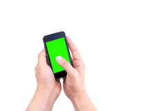 Hand des intelligenten Mobiltelefons des Manngebrauches mit Farbenreinheitsschlüssel-Grünschirm Stockfotos