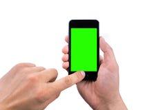 Hand des intelligenten Mobiltelefons des Manngebrauches mit Farbenreinheitsschlüssel-Grünschirm Lizenzfreie Stockfotos