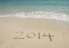 Hand des Jahres 2014 geschrieben auf den weißen Sand I Lizenzfreie Stockfotos