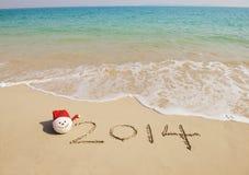 Hand des Jahres 2014 geschrieben auf den weißen Sand I Lizenzfreie Stockfotografie