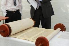 Hand des Jungen das jüdische Torah am Bar Mizwa am 5. September 2016 USA lesend Lizenzfreie Stockbilder