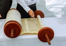 Hand des Jungen das jüdische Torah am Bar Mizwa am 5. September 2016 USA lesend Lizenzfreie Stockfotos