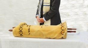 Hand des Jungen das jüdische Torah am Bar Mizwa am 5. September 2016 USA lesend Stockbilder