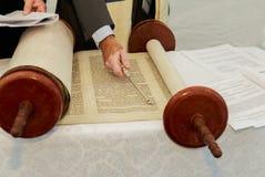 Hand des Jungen das jüdische Torah am Bar Mizwa am 5. September 2016 USA lesend Lizenzfreie Stockfotografie