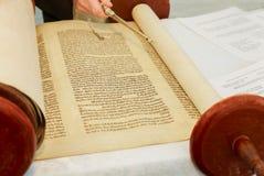 Hand des Jungen das jüdische Torah am Bar Mizwa am 5. September 2016 USA lesend Stockbild