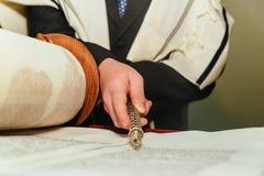 Hand des Jungen das jüdische Torah am Bar Mizwa am 5. September 2016 USA lesend Lizenzfreies Stockbild