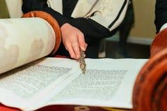 Hand des Jungen das jüdische Torah am Bar Mizwa am 5. September 2016 USA lesend Stockfotos