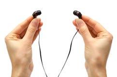 Hand des jungen Mädchens Kopfhörer halten Lizenzfreie Stockfotos