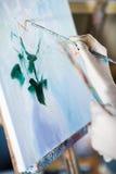 Hand des Künstlers mit Bürstenmalerei auf Segeltuch Stockfoto
