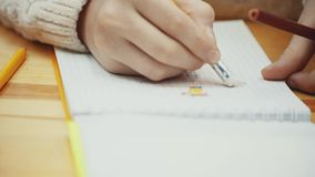 Hand des Kindes ein Bild in ihrer Skizzenauflage zeichnend und löschend stock video