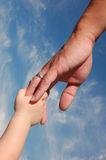 Hand des Kindholding-Vaters Stockbild