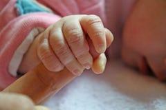 Hand des kleinen Mädchens den Finger ein anhalten Stockfotos