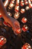 Hand des kleinen Mädchens nimmt eine Kerze lizenzfreies stockfoto
