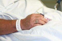 Hand des Krankenhauspatienten mit Handgelenkband Lizenzfreies Stockbild