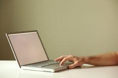 Hand des Laptopgebrauches einer Stockfotos