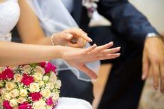 Hand des Mädchens, Frau, Braut, das einen Finger für Ehering zeigen Lizenzfreies Stockfoto