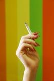 Hand des Mädchens mit einer Zigarette Lizenzfreies Stockfoto