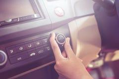 Hand des Mannes AutoKlimaanlage, Knopf einschaltend auf Armaturenbrett im Auto stockfotografie