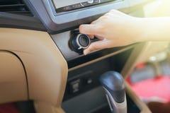Hand des Mannes AutoKlimaanlage, Knopf einschaltend auf Armaturenbrett im Auto stockfoto