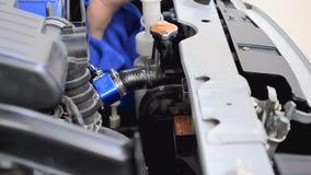 Hand des Mannes, der blaues Mikrofasergewebe verwendet, um Auto zu säubern stock footage