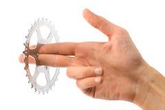 Hand des Mannes, die einen Fahrradzahn anhält stockfotografie