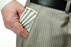 Hand des Mannes, die Geld aus Tasche heraus nimmt Stockfotos