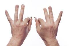 Hand des Mannes, die Zigarette zerquetscht lizenzfreies stockbild