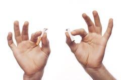 Hand des Mannes, die Zigarette zerquetscht lizenzfreie stockfotos