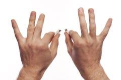 Hand des Mannes, die Zigaretten zerquetscht lizenzfreies stockbild