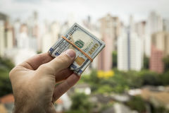 Hand des Mannes Dollarscheine halten Stockbilder