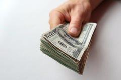 Hand des Mannes mit Geld Lizenzfreie Stockbilder