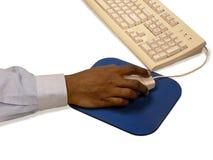 Hand des Mannes mit Maus und Tastatur Lizenzfreies Stockfoto