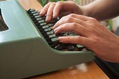 Hand des Mannes mit Schreibmaschine Stockfotos