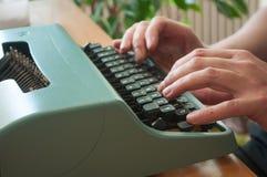 Hand des Mannes mit Schreibmaschine Stockbilder