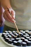 Hand des Mannes nehmen ein Sushi Stockbilder