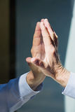 Hand des Mannes und der Reflexion Lizenzfreie Stockfotos