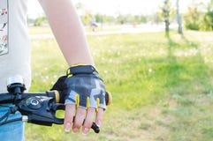 Hand des Nahaufnahmereiters s in den Handschuhen lizenzfreie stockfotos