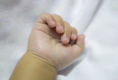 Hand des neugeborenen Schätzchens Stockfotografie