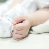 Hand des neugeborenen Schätzchens stockfoto