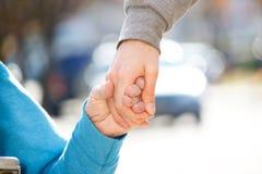 Hand des Pflegekraft-Holding-Älteren Lizenzfreies Stockbild