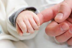 Hand des Schätzchens Stockfoto